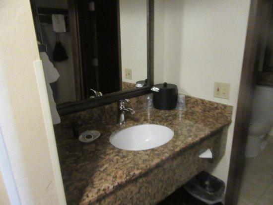Sink bathroom best western plus tree house mt shasta for Best western bathrooms