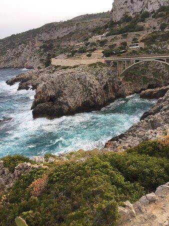 Gagliano del Capo, Italien: Incantevole posto, sulla litoranea Leuca Santa Cesarea terme, vi è questo ponte chiamato Ciolo ,