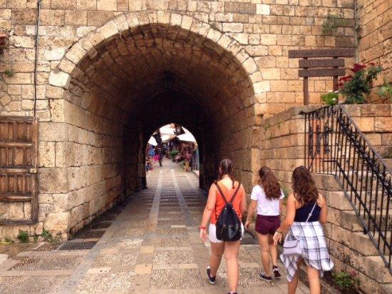 Byblos, Lübnan: Entrance to the souk