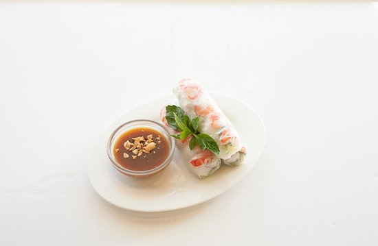Randwick, Australia: Prawn, pork, rice vermicelli, mint and salad wrapped in special rice paper, served with homemade