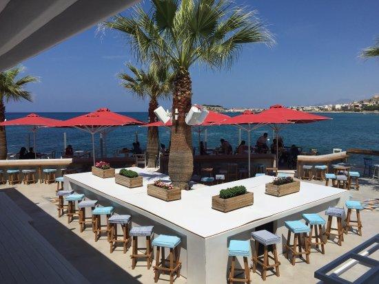 Cavo Seaside Luxury Suites: Bar mit Restaurant