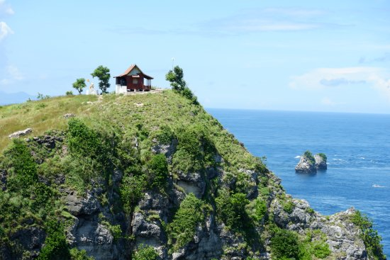 Klungkung, Indonesia: Lone bungalow on top of the cliff at Atuh