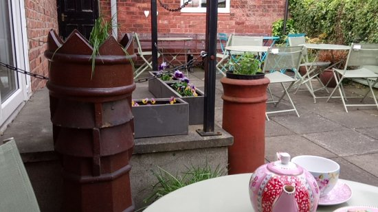 Longton, UK: Outside Tea Garden