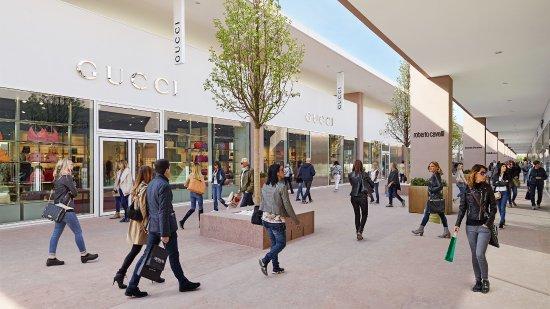 Settimo Torinese, Italy: Torino Outlet Village, un esclusivo villaggio dello shopping dove acquistare le tue firme prefer