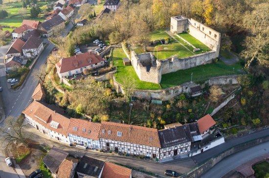 Einbeck, Duitsland: Auf einen Felsvorsprung gelegen, hat man man der Heldenburg einen wunderbaren Blick ins Leinetal