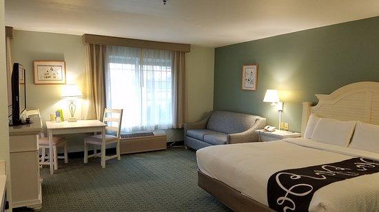 La Quinta Inn & Suites Newport : King Suite with Jacuzzi