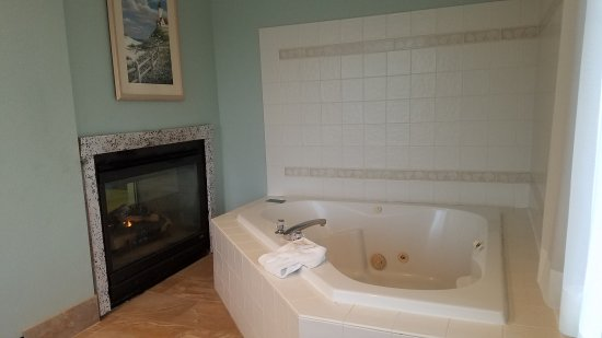 La Quinta Inn & Suites Newport: King Suite with Jacuzzi