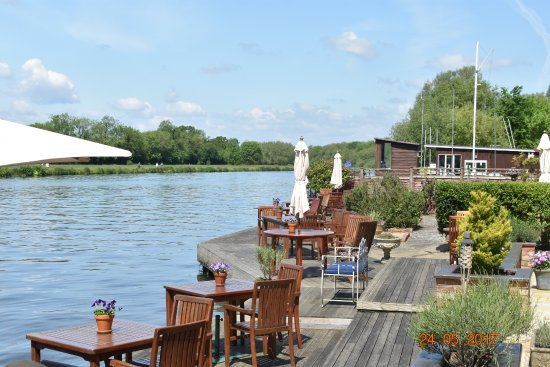 Goring-on Thames, UK: Sitting by The Thames