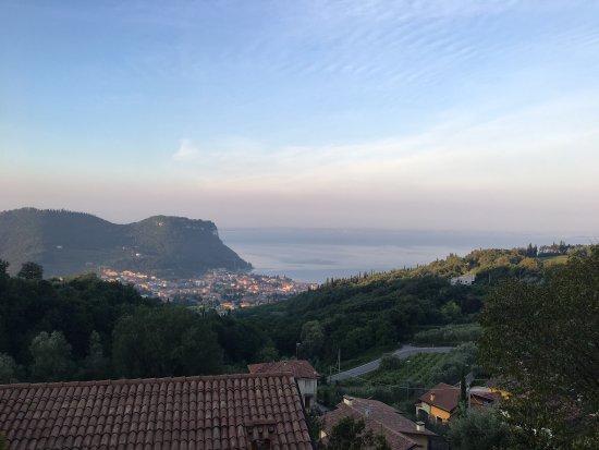 Marciaga di Costermano, Italy: Blick auf Gardasee und Rocca