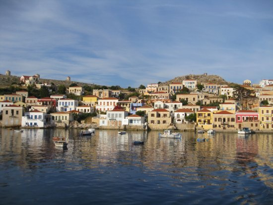 Halki, Grækenland: Shows the Blue House in the middle. Swim from the rocks down and to the left.