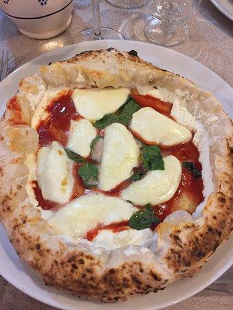 Garbagnate Milanese, Italia: pizza verace con crosta ripiena di ricotta