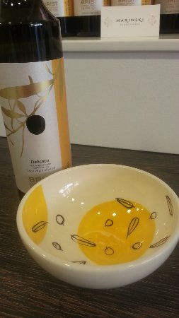 Vodnjan, Hırvatistan: Each bowl complemts each of the oils. This is Delicato.