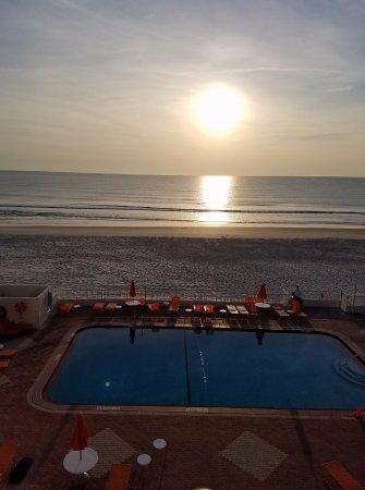 Best Western Daytona Inn Seabreeze: Sunrise from 4th floor pool and beach