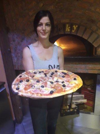 Pozzuolo Martesana, Italy: ECCOLA LA NOSTRA PIZZA CORAGGIOSA DA KG 1,3 E' BELLA BUON APPETTITO CE LA FATE A MANGIARLA