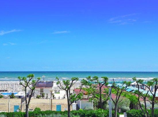 Atlantic Hotel Riccione: La spiaggia di fronte all'hotel in Primavera