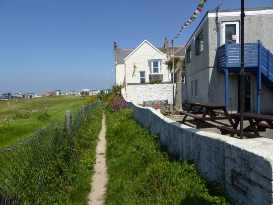 Longbeach: Footpath to Fistral Beach outside our 2 apartments