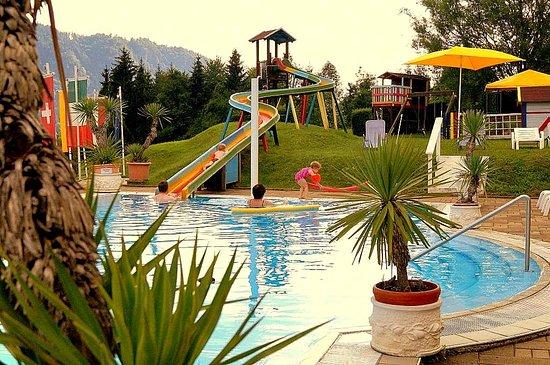 Sattendorf, Austria: Ferienfreuden für die ganze Familie am solarbeheitzten Sonnenhügel pool
