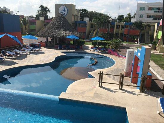 Hotel Suites Mediterraneo Veracruz-Boca del Río: Alberca al centro del hotel junto al restaurante Marejada. Cuenta con wifi gratuito