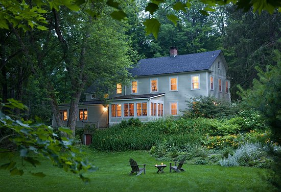 Hillsdale, NY: Guest enjoy relaxing in large gardens surrounding the Hudson River Valley Inn