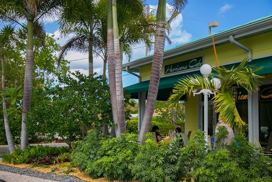 Juno Beach, FL: Our patio is a tropical garden with fountains! Great place to sit and enjoy a wonderful meal.