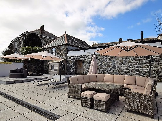 Nanplough Country House & Cottages: Comfy furniture in the pool area
