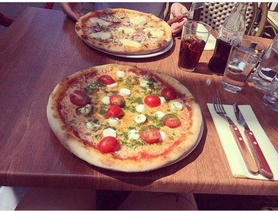 Skovde, Sverige: Pizzorna är större i verkligheten. Degen extremt fin