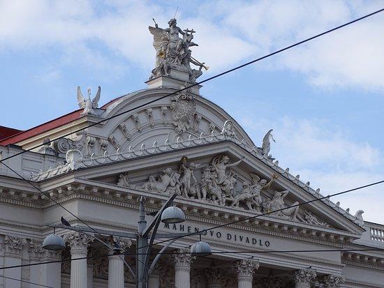 Mahenovo Divadlo : Portico