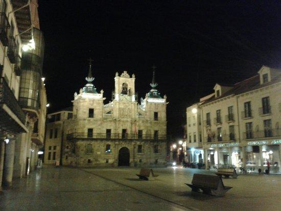 Ayuntamiento de Astorga: La plaza Mayor y su AYUNTAMIENTO ILUMINADO.