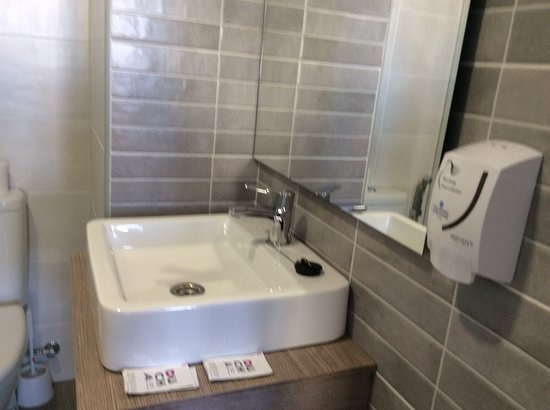 Veramar Apartments Fuengirola: Sink,quality taps,soap dispenser & large mirror.