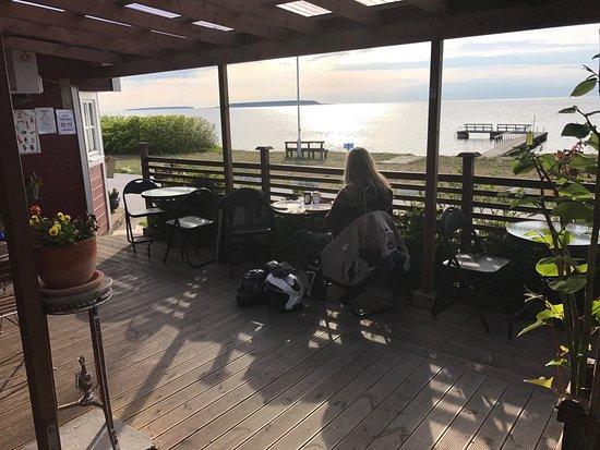 Klintehamn, Suécia: Utmärkta pizzor med mycket innehåll, lugnt o mysig utsikt över Karlsöarna.