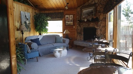 Jewel Lake Bed & Breakfast: Guest Living Room -stocked with games and puzzles.