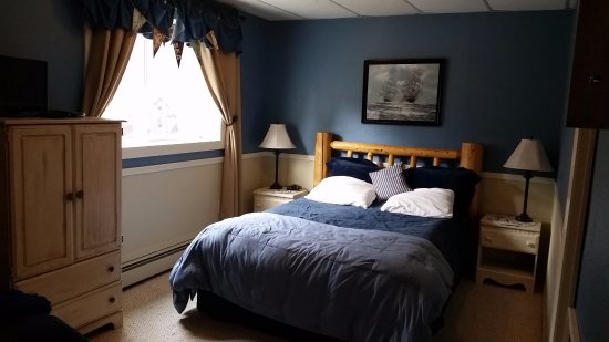 Jewel Lake Bed & Breakfast: The Nautical Room -queen and twin with private bath