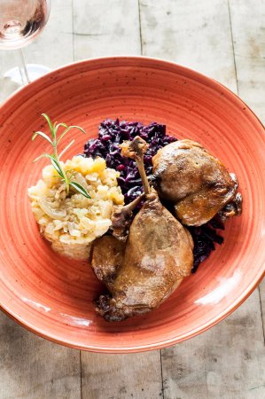 Badacsonytomaj, Macaristan: duck leg grape honey flavoured red cabbage