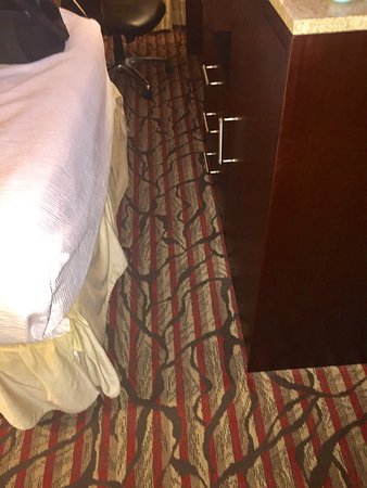 Milpitas, Californien: No room to walk between bed and cabinet!