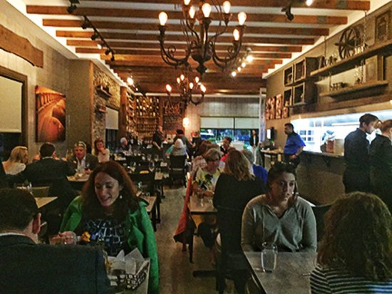 Sudbury, MA: View of the restaurant - very busy on a Tuesday night
