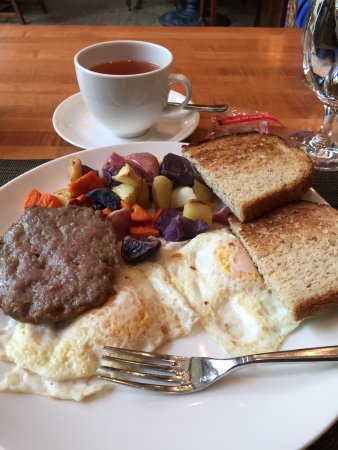 The Lodge at Woodloch: 2 eggs with turkey sausage with potatoes and butternut squash with whole wheat bread - good
