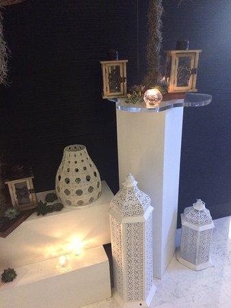 Fairmont Bab Al Bahr: Pünktlich zum Ramadan haben sie im ganzen Hotel die Blumendekoration geändert. Es ist wunderschö