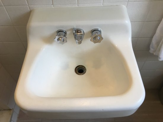 Akron, Pensilvania: old, stained sink with no stopper