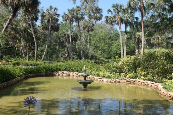 Washington Oaks Gardens State Park: Fountain by the Gazebo