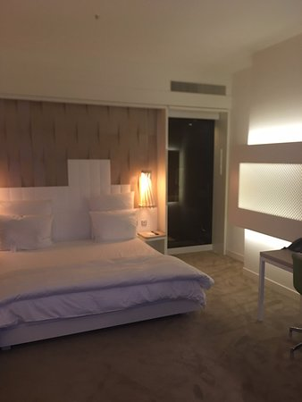 Melia Vienna: Room, less cold, still very minimal design