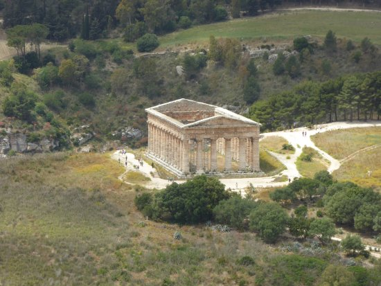 Calatafimi-Segesta, Italy: A view of the temple from the walk down from the acropolis