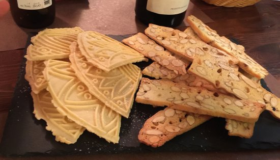 Vineria per Passione: Enjoy these with your coffee.