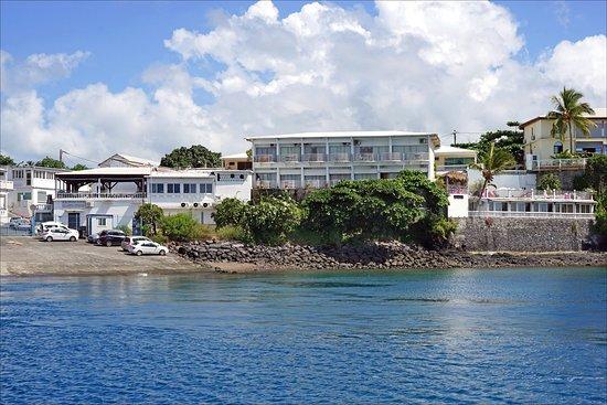 Dzaoudzi, Mayotte: Photo prise depuis la barge qui montre le restaurant et les balcons des chambres