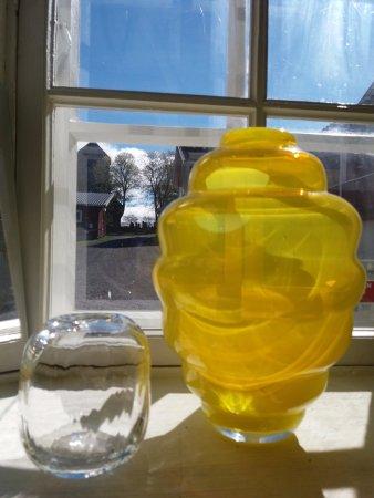Gran Municipality, Norway: Glasskunst av Ulla-Mari Brantenberg er utstilt og til salgs i Stallgalleriet i Glasslåven.