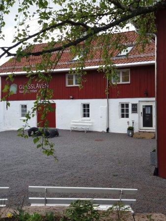 Gran Municipality, Norway: Trivelig plass uten for inngangspartiet til Glasslåvens galleri som ligger i den gamle stallen
