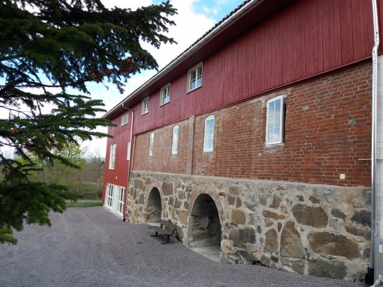 Gran Municipality, Norway: Glasslåven sett fra sørvest med flott mur av gjenbrukt stein fra mur rundt Søsterkirkene.