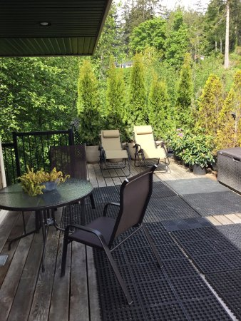 Sooke, Canada: Rooftop deck.  Hot tub and BBQ on the right