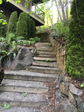 Sooke, Canada: Garden stairs to rooftop suite
