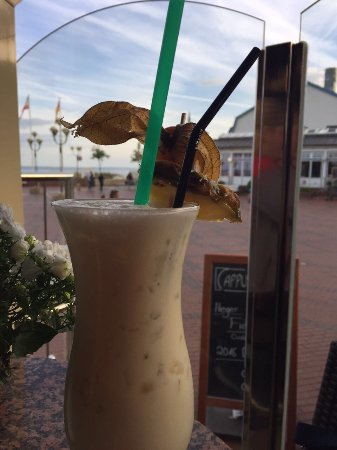 Grömitz, Deutschland: Alkoholfreier Kokos-Cocktail und Ausblick auf die Strandpromenade
