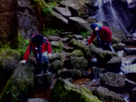 Dinnet, UK : rock climbing next to the waterfall